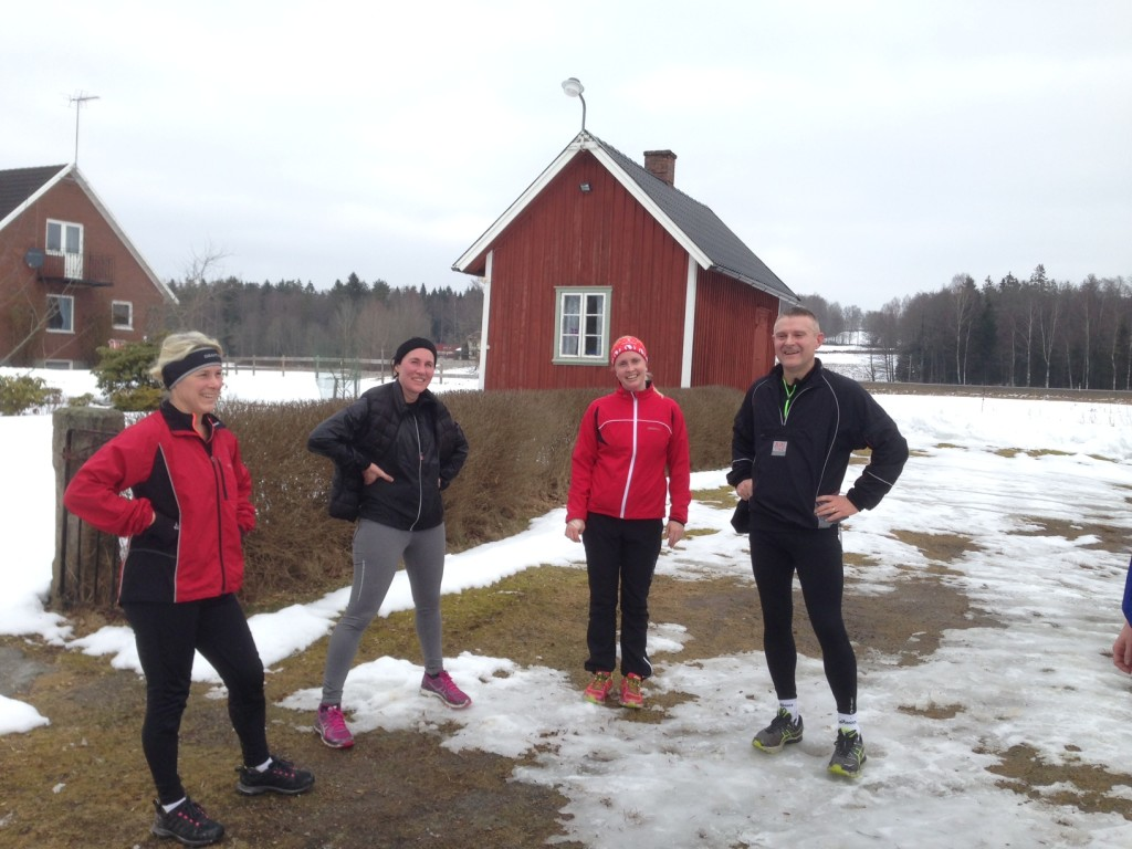 Trötta och glada löpare efter backpasset i mars