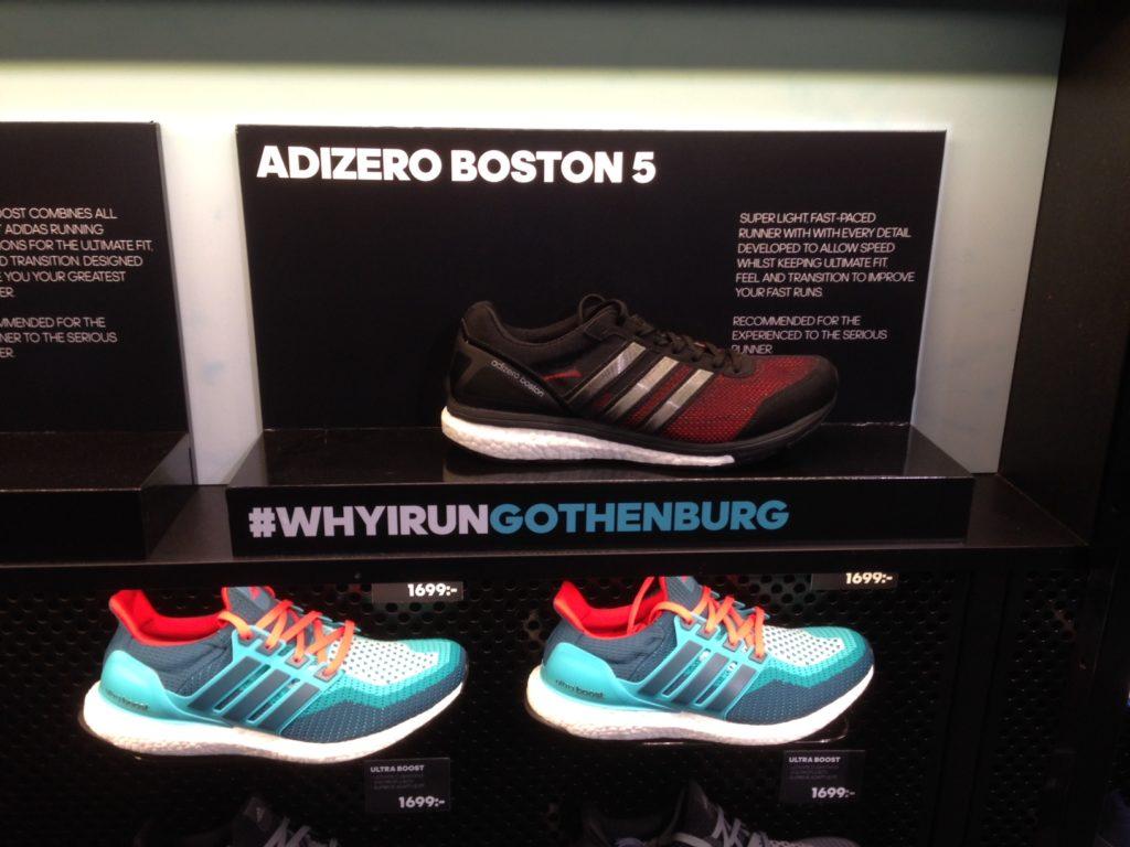 Adidas som är en av huvudsponsorerna skyltar ed Boston Boost 5 & Ultra Boost